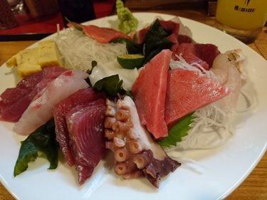石垣島の人気居酒屋「ひとし」本店でマグロ刺身と生ウニソーメンちゃんぷるを食べる