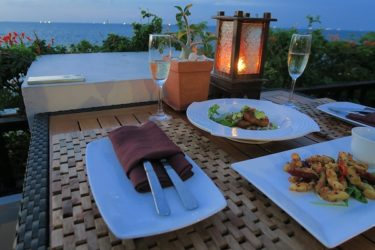 カクテルタイムのお酒と軽食サービス インターコンチネンタルパタヤ(タイ パタヤで年越し2016-2017 その12)