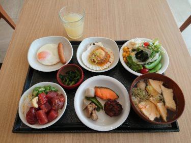 ドーミーイン本八戸の朝食(ぶっかけ丼 せんべい汁 ホタテ網焼き)