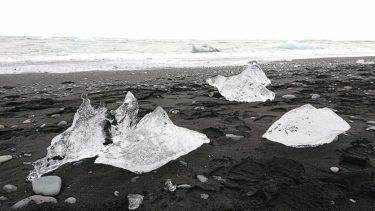 氷河の欠片が流れ着くダイアモンドビーチ
