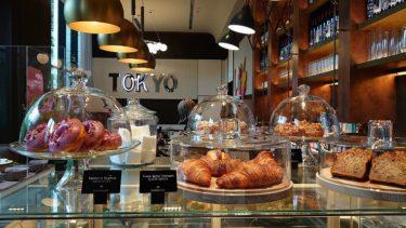 キンプトン新宿東京 宿泊記4「ザ・ジョーンズ カフェ&バー」の夜と朝、「ディストリクト」の朝食